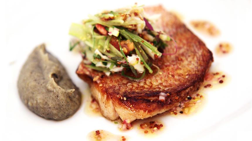 Huachinango con ensalada de jaiba e hinojo