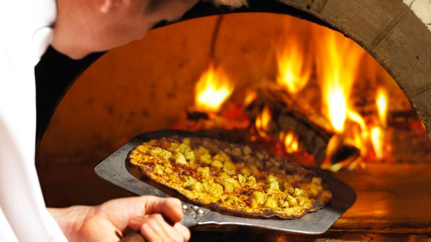 Pizza a la Leña con Pesto y Pollo Rostizado