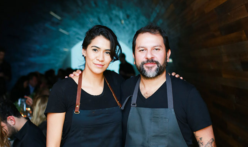 El chef Enrique Olvera sirve Tequila Casa Dragones en el segundo aniversario de Cosme